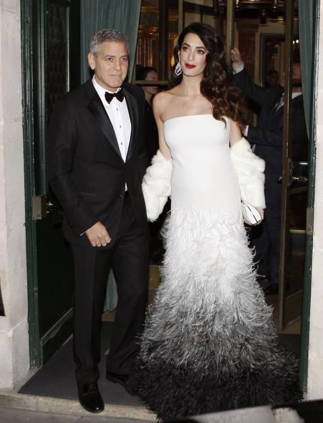 Амаль Клуни впервые появилась на публике после новости о беременности и показала округлившийся живот