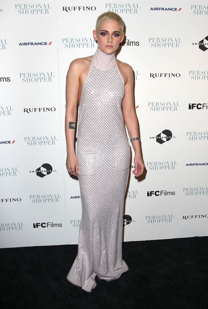 Кристен Стюарт в платье Chanel и со стрижкой под ноль
