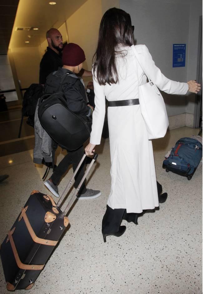 Элегантный выход: Анджелина Джоли появилась в аэропорту Лос-Анджелеса в белоснежном пальто Bottega Veneta
