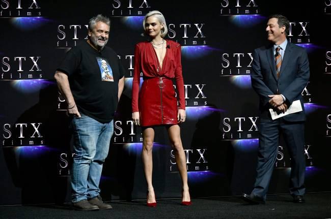 В красной кожаной юбке и без белья: Кара Делевинь блистает в сексуальном наряде
