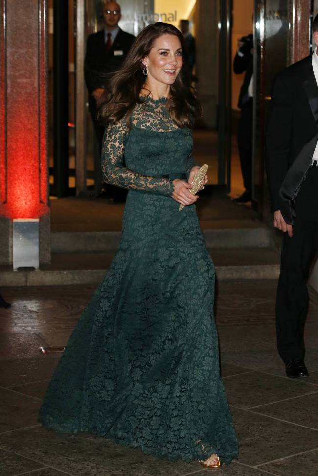 Кружева и крупные украшения: Кейт Миддлтон произвела фурор роскошным нарядом