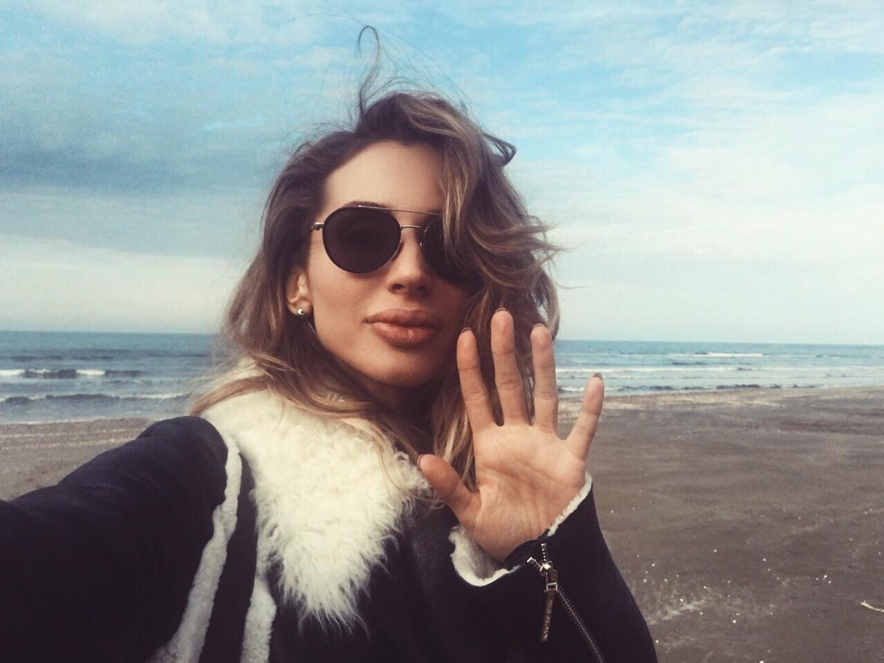 Loboda сфотографировалась на берегу Каспийского моря