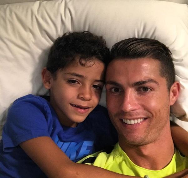 Постельное селфи: Криштиану Роналду опубликовал нежное фото с сыном