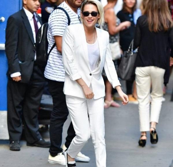 Мисс элегантность: Кристен Стюарт блистает в белоснежном костюме