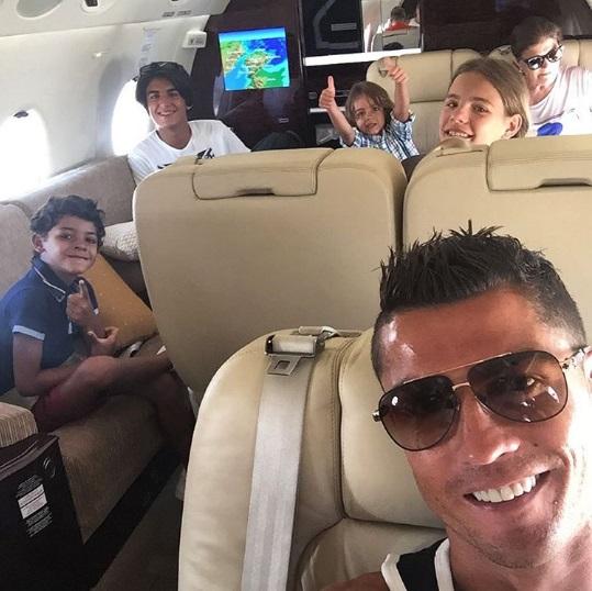 Отдых после ЕВРО-2016: Криштиану Роналду путешествует с семьей