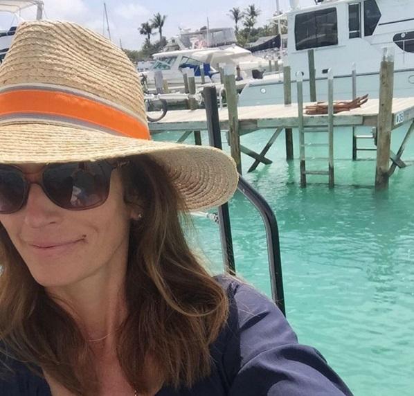 Долгожданный релакс: Синди Кроуфорд отдыхает в теплых краях