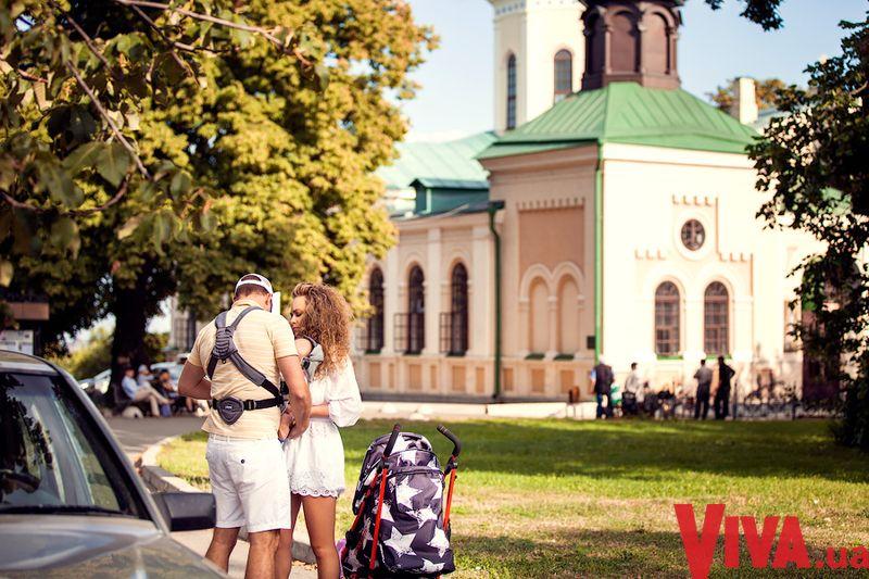 Яна Соломко гуляет в Киеве с мужем и ребенком