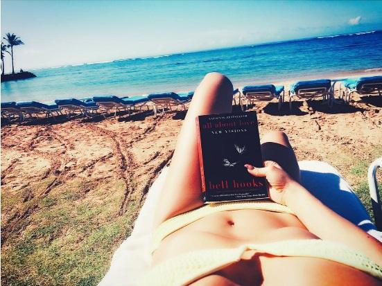 Привет, лето: Кейт Хадсон отправилась на отдых вместе с мамой