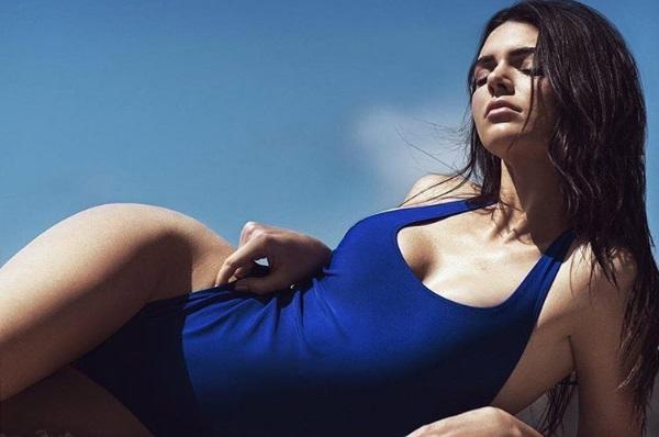 К лету готова: соблазнительная Кендалл Дженнер позирует в стильном купальнике