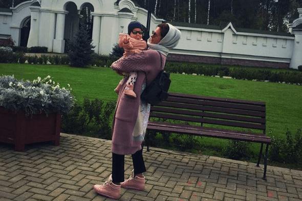 Екатерина Климова растрогала почитателей первым фото меньшей дочери