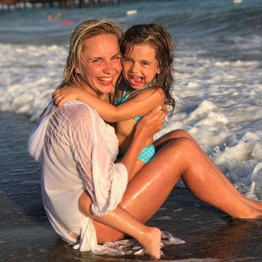 Лилия Ребрик показала подтянутую фигуру во время отдыха с семьей