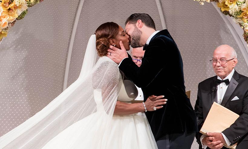 В роскошном белом платье и с дочерью на руках: в сети появились первые свадебные фото Серены Уильямс
