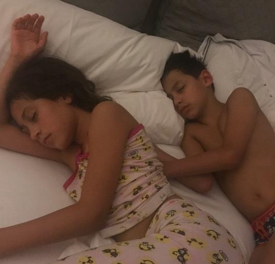 Настоящая семья: бойфренд Дженнифер Лопес играет с ее детьми