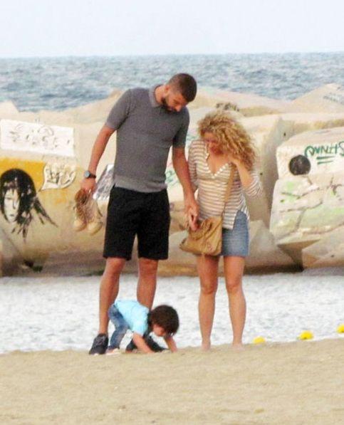 Шакира рассказала о беременности и показала животик