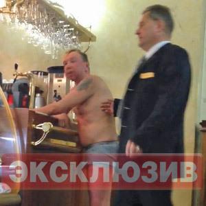 Гарик Сукачев голый в баре отеля