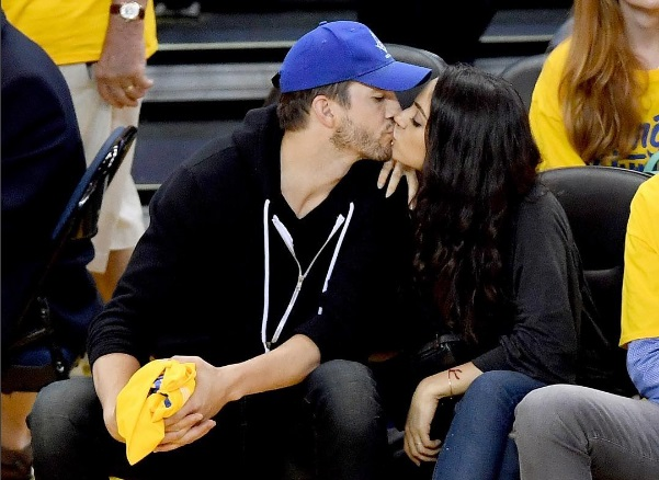Горячие поцелуи: Мила Кунис и Эштон Катчер вместе посетили матч