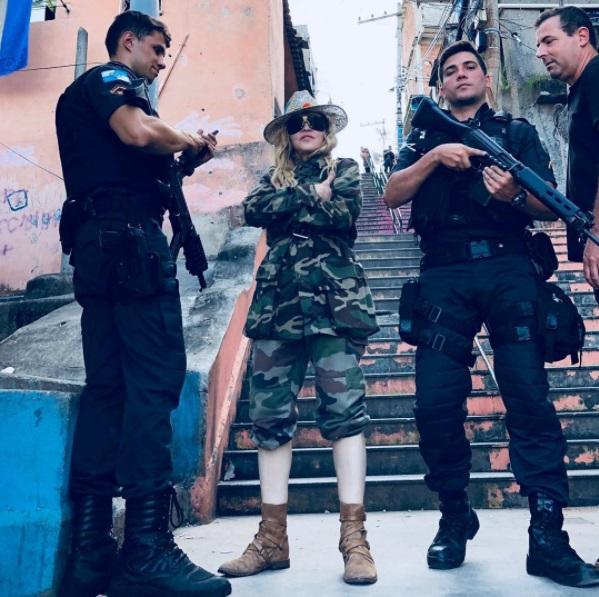 Образ дня: Мадонна позирует в военной форме и шляпе