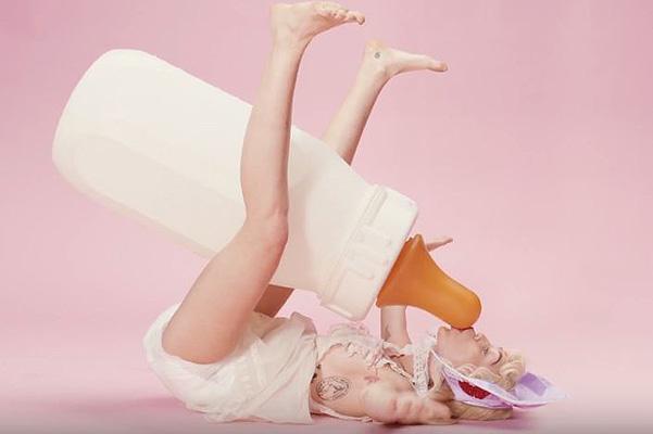 Майли Сайрус в новом клипе предстала в обескураживающем образе