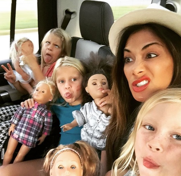 Безумное веселье: Николь Шерзингер опубликовала забавное фото с племянницами