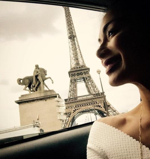 Французские каникулы: Николь Шерзингер наслаждается Парижем