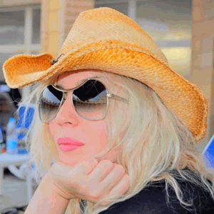 Ирина Билык в очках и шляпе