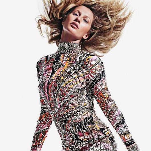 Жизель Бундхен позирует в стильном мини-платье