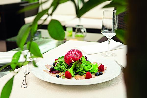Салат с телятиной и ягодами