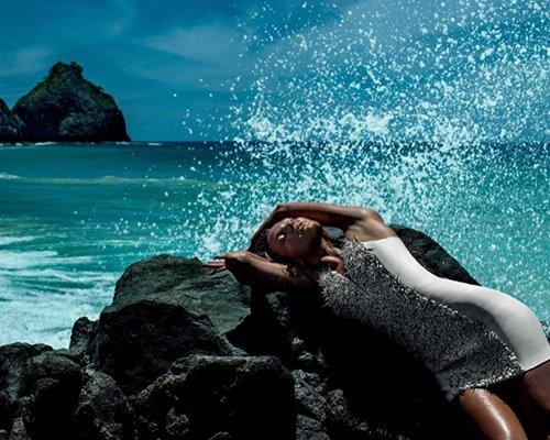 Кэндис Свейнпол демонстрирует фигуру на пляже