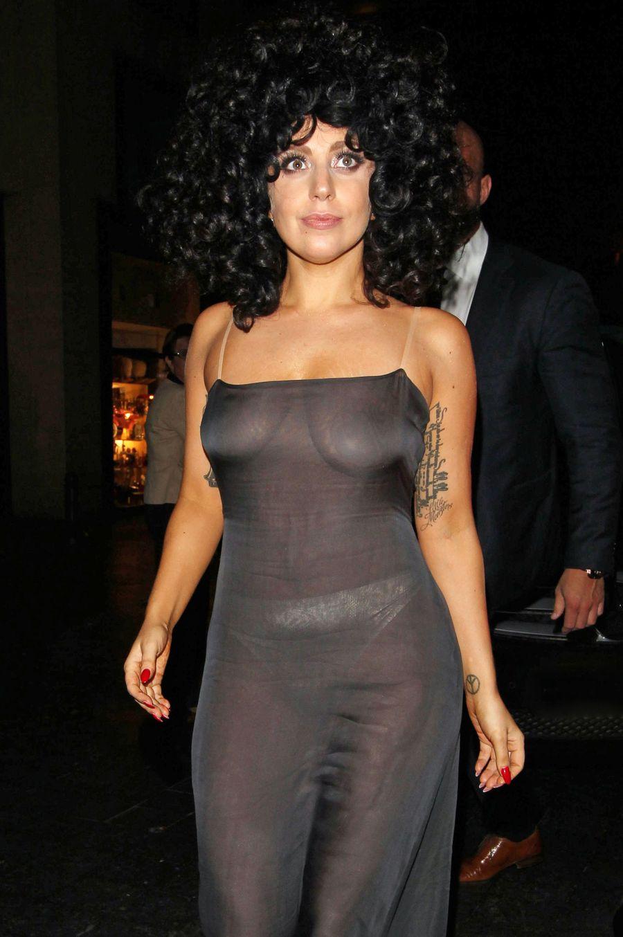 Леди ГаГа вышла в свет в прозрачном платье