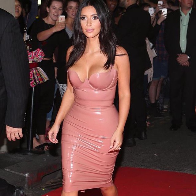 Ким Кардашьян вышла в свет в откровенном латексном платье
