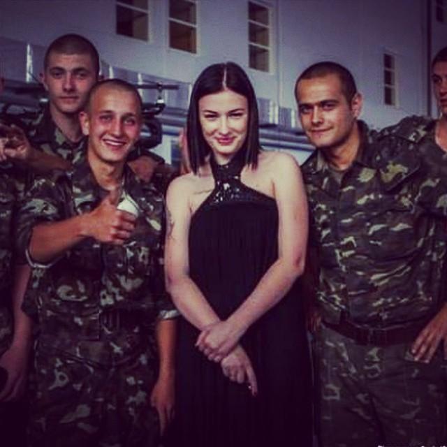 Анастасия Приходько с украинскими солдатами