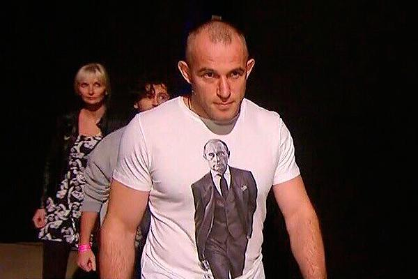 Алексей Олейник носит футболку с Путиным