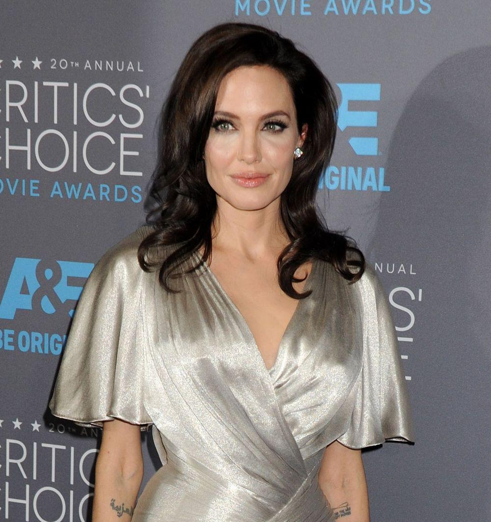 Анджелина Джоли в платье от Versace