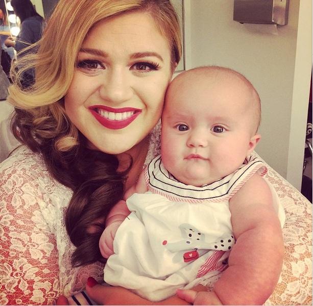 Келли Кларксон впервые снялась в совместной фотосессии с новорожденной дочерью