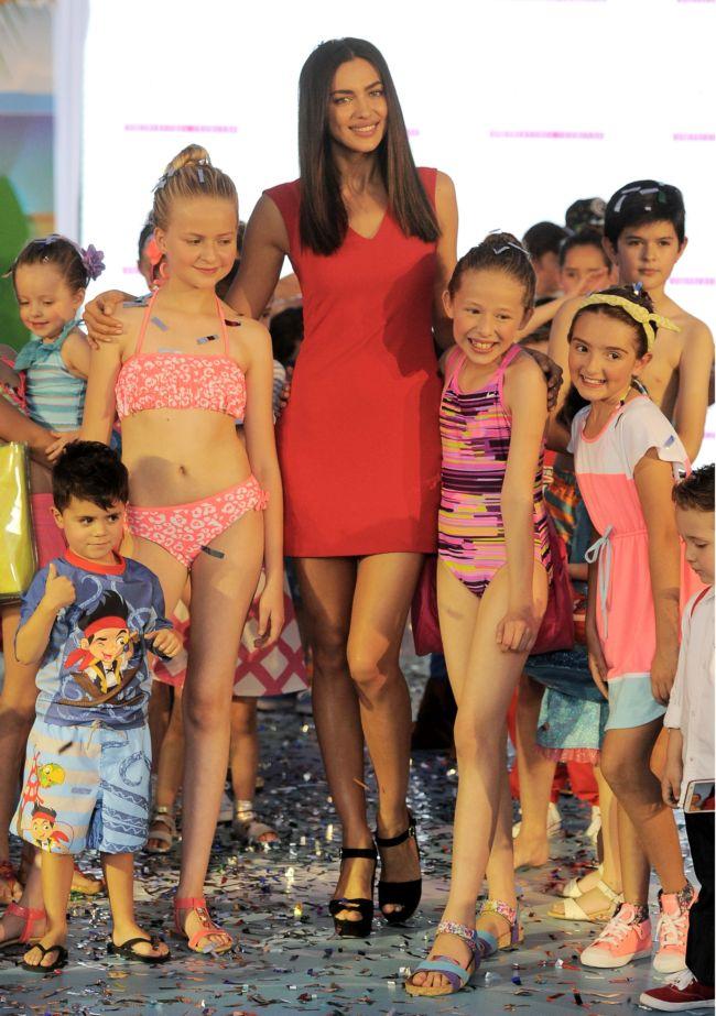 Ирина Шейк прогулялась по подиуму с детьми в соблазнительном мини-платье