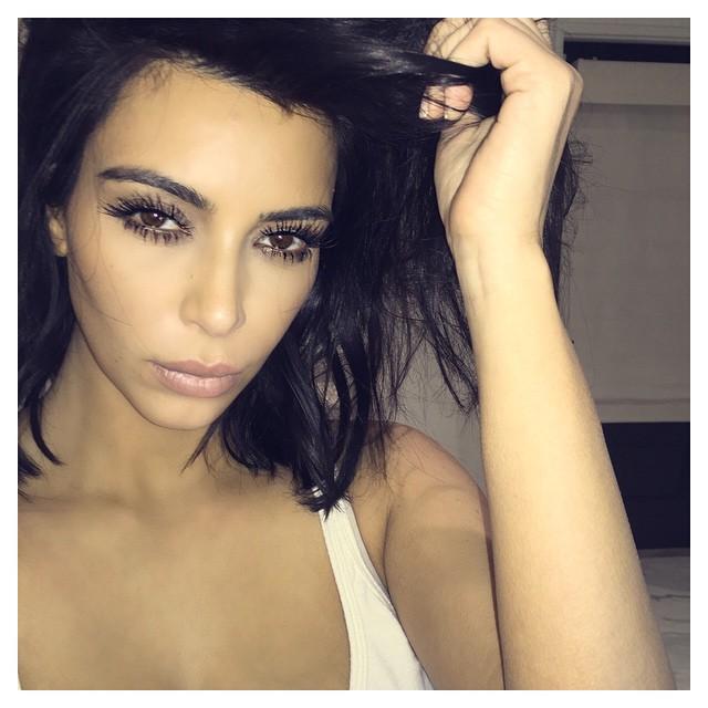 Соблазнительная Ким Кардашьян позирует в постели