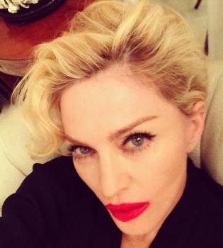 Певица Мадонна взобралась на стол в откровенном наряде во время телешоу