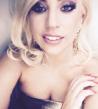 Селфи-эротика: соблазнительная Леди Гага показала роскошную грудь