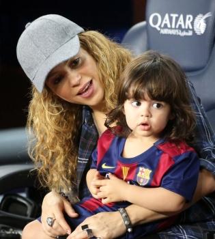 Домашнее видео: сын Шакиры учится читать вместе с мамой
