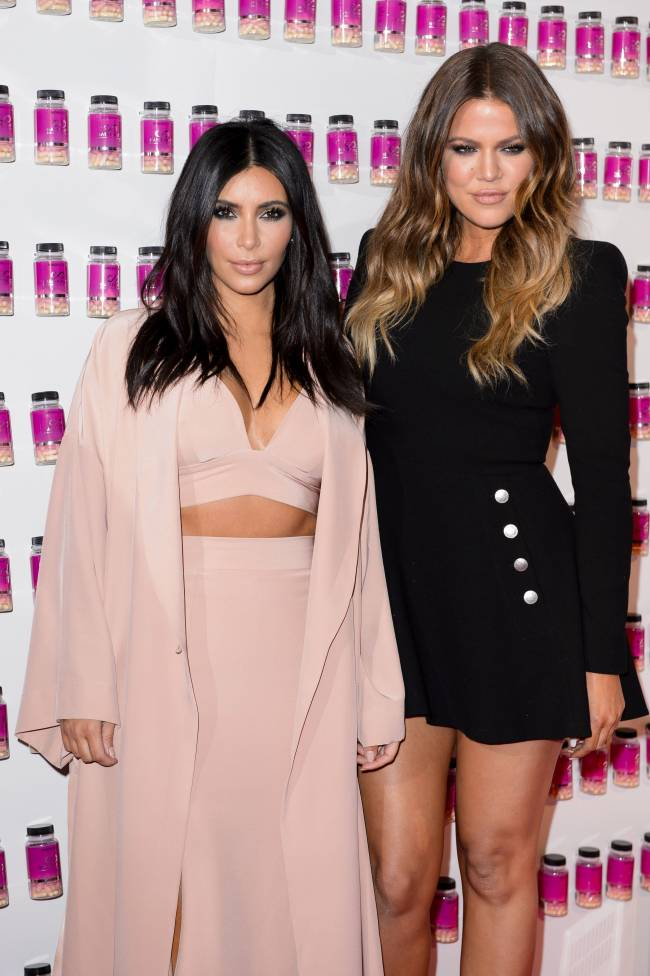 Модный казус: платье сестры Ким Кардашьян разошлось по швам на публике