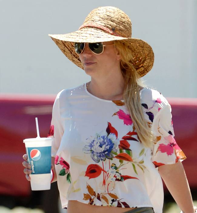 Бритни Спирс демонстрирует деревенский стиль на улицах Лос-Анджелеса