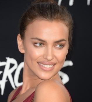 Ирина Шейк покорила нежным образом на благотворительном вечере Леонардо ДиКаприо