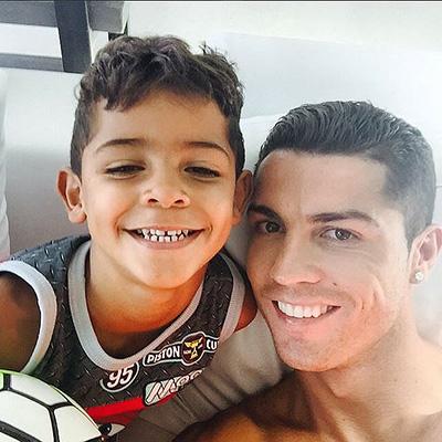 Настоящие мужчины: Криштиану Роналду с сыном демонстрируют мускулы