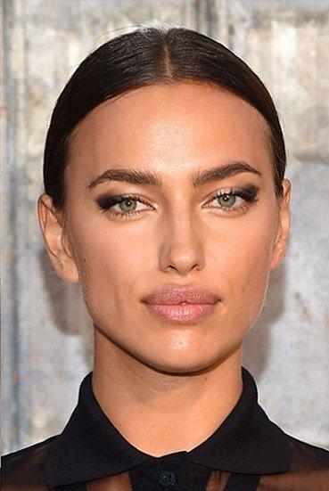 Строго, но сексуально: Ирина Шейк блистает на показе Givenchy