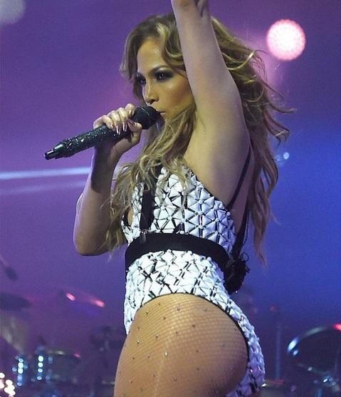 Дженнифер Лопес обескуражила публику откровенным нарядом во время концерта