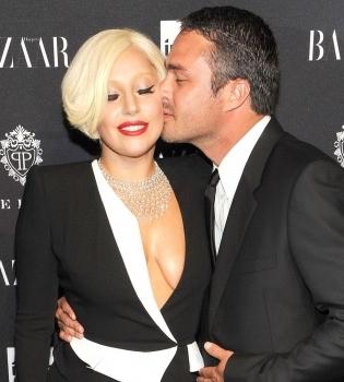 Строптивая красавица: Леди Гага ударила своего жениха после первого поцелуя