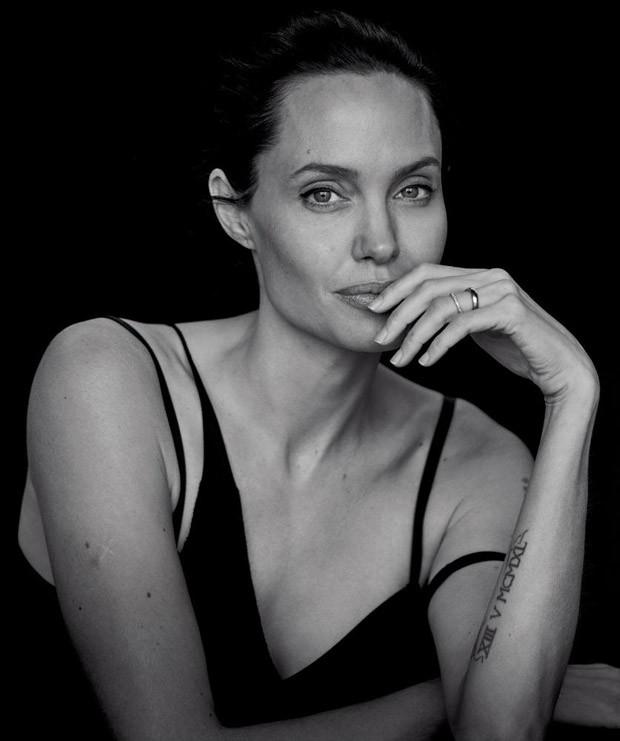 Роскошная Анджелина Джоли снялась в черно-белой фотосессии легендарного фотографа