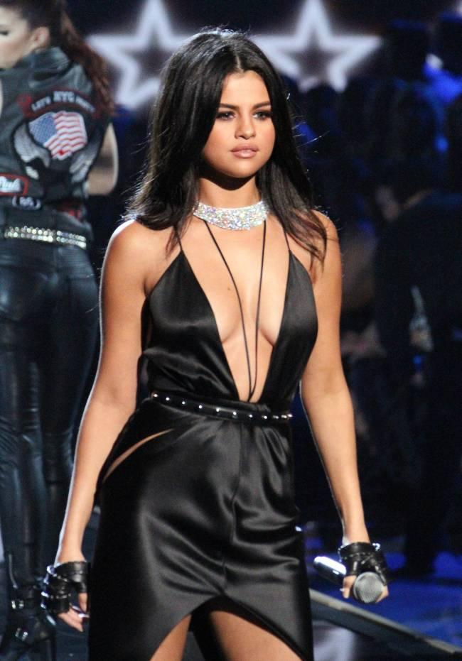 Селена Гомес обескуражила публику откровенным декольте на шоу Victoria's Secret