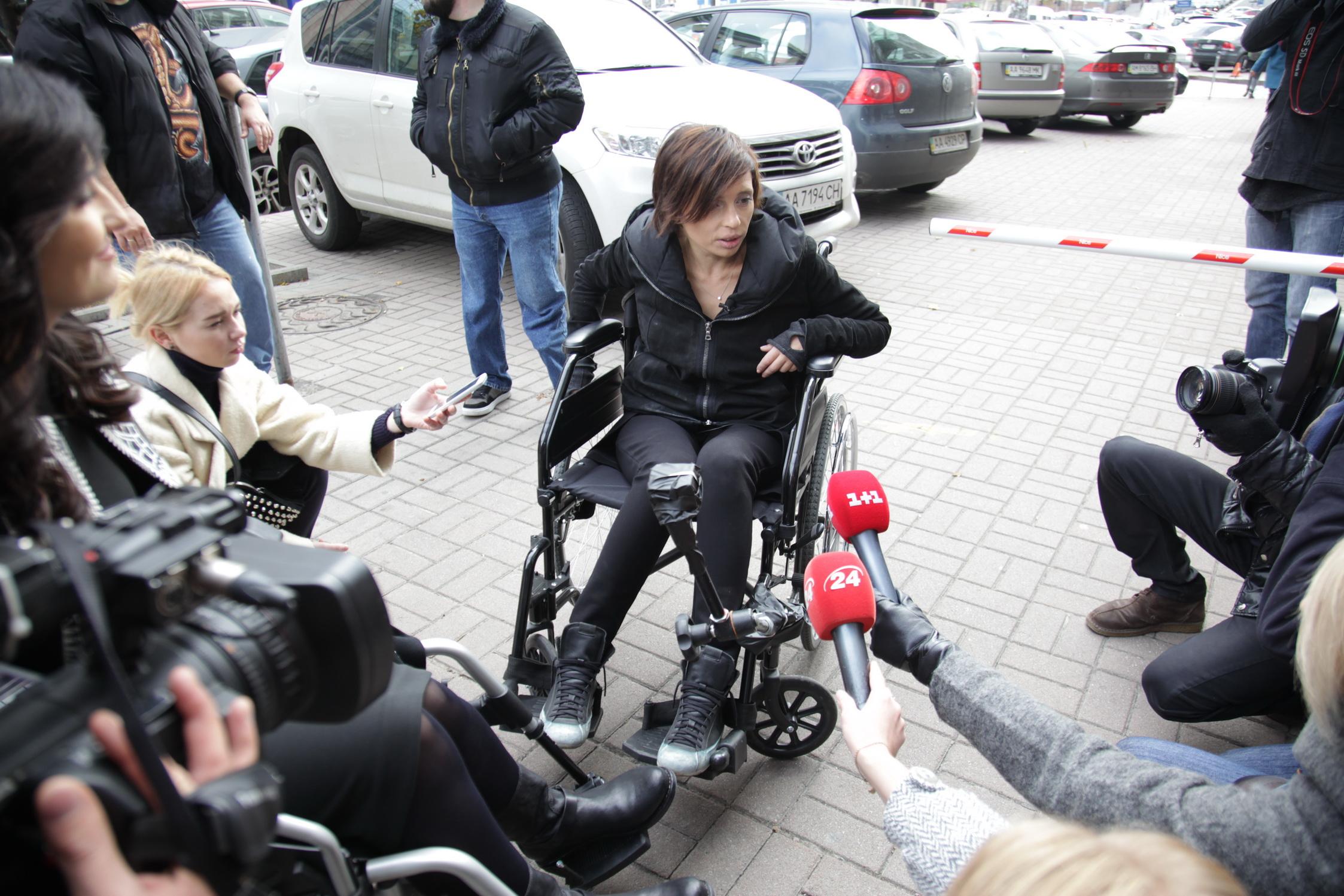 Соломия Витвицкая и Ирэна Карпа сели в инвалидные коляски и проехались по Киеву