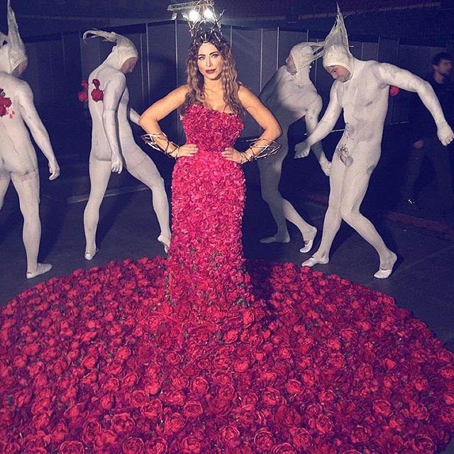 Ани Лорак вышла в свет в платье из живых роз